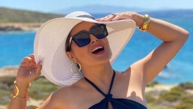 Salma Hayek luce sus curvas con un bañador morado a la orilla de la playa