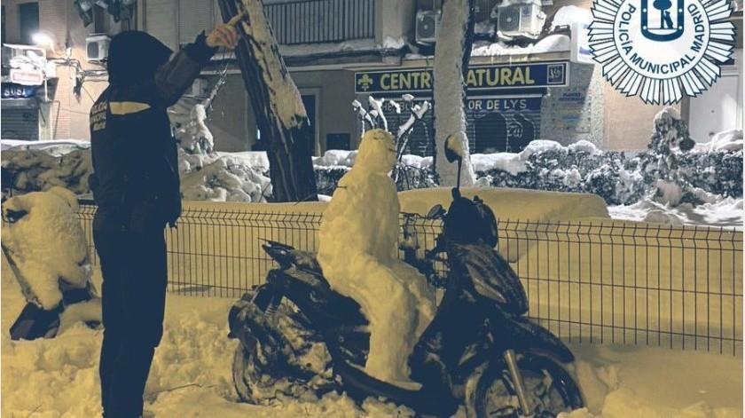 """""""Me dejan ustedes helado"""", dicen los oficiales que fue la """"respuesta"""" del muñeco al recibir la multa.(Twitter Policía de Madrid)"""