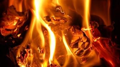 Un furioso sujeto quemó un negocio en Colombia, luego de que no le vendieran alcohol.