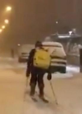 VIDEO VIRAL: Esquiando, repartidor sigue trabajando en medio de la tormenta