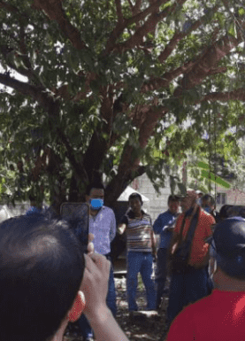 Habitantes amarran a alcalde a árbol por entregar obra en mal estado