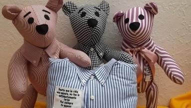 Costurera crea osos de peluche con ropa de fallecidos por Covid-19; su historia se hace viral