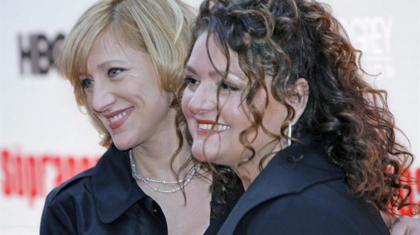 """La actriz Edie Falco (I) y Aida Turturro (D) en un estreno de nuevos episodios de la serie """"""""Los Sopranos"""""""" en el Radio City Music Hall en Nueva Yor.(EFE)"""