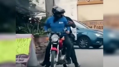 El repartidor no dudó en ayudarle al oficial a atrapar a los ladrones.