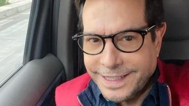 El conductor reveló que no podía esperar a la vacuna en México y viajó a Estados Unidos.